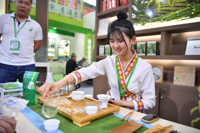 2019春季茶業博覽會23日在廣州開幕,中國進口茶葉增速遠超出口,去年進口茶葉量為3.55萬噸,進口茶葉均價已超過每公斤5美元。圖為茶藝師為顧客泡茶。(中新社)