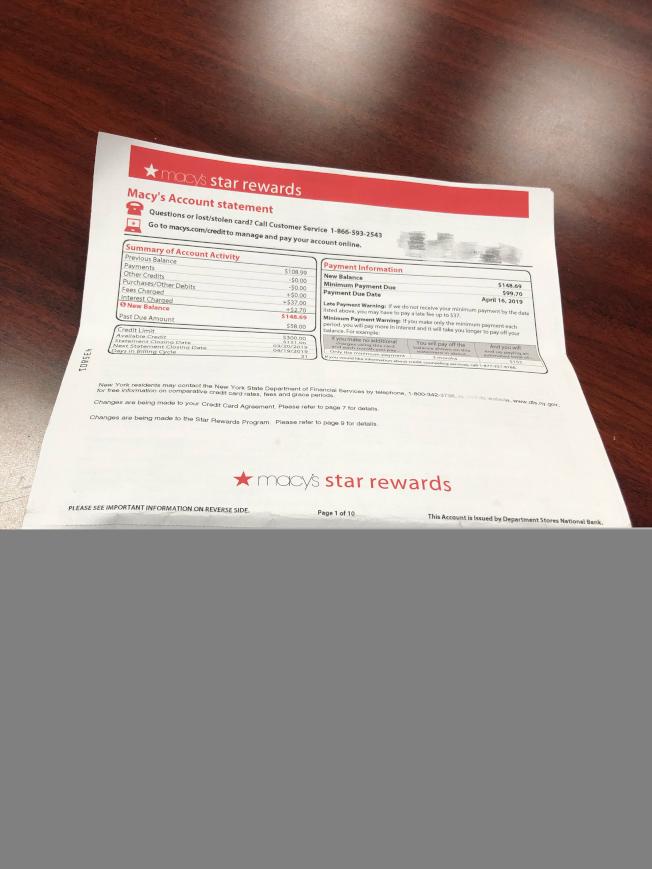 管女士3月收到來自梅西的未付款帳單。(記者張晨╱攝影)