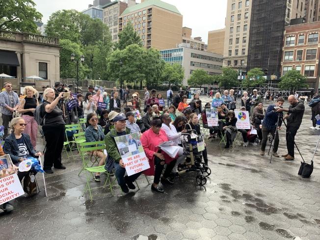 老年人維權組織The Radical Age Movement 23日在曼哈頓聯合廣場公園=舉行集會,抗議職場上針對老年人的歧視。(記者和釗宇/攝影)