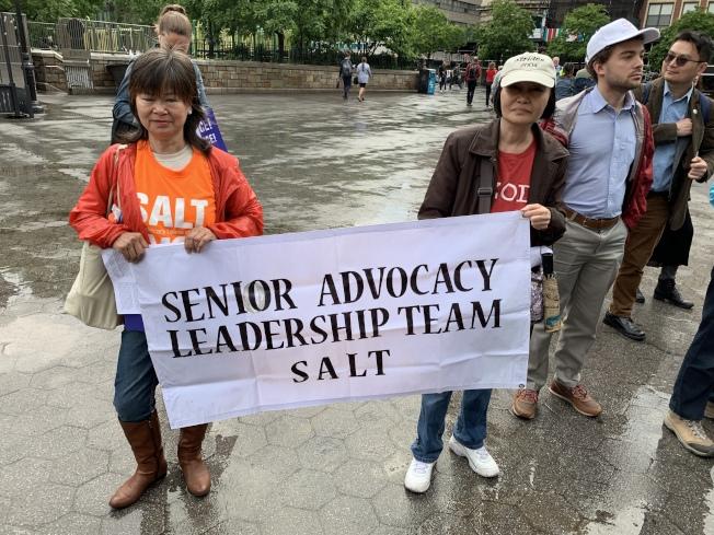參加集會的華裔民眾李巧儀(右)表示,自己曾目睹很多年齡歧視的情況。(記者和釗宇/攝影)