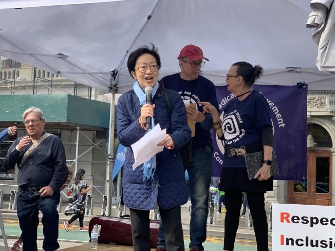市議員陳倩雯出席聲援,宣布下月將提出有關打擊紐約市職場年齡歧視的法案包。(記者和釗宇/攝影)