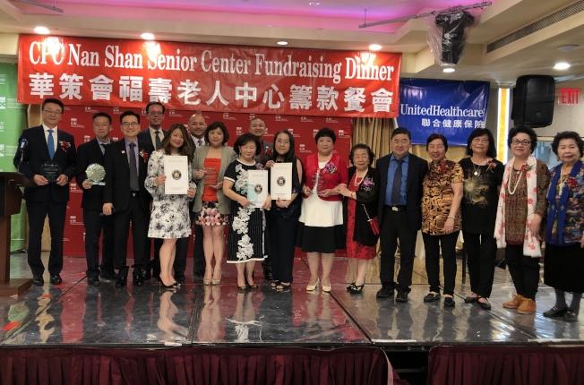 為幫助華裔耆老建設更好的家,福壽老人中心23日舉辦籌款餐會,並為王惠嶽(前排左一)以及徐朱留弟(前排左六)等頒獎。(記者牟蘭/攝影)