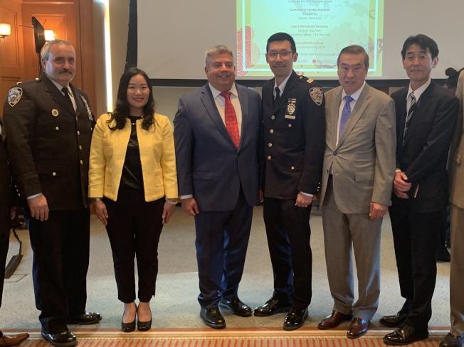 陳韜(右三)和古萍(左二)獲頒亞裔傑出人士。(記者顏潔恩/攝影)