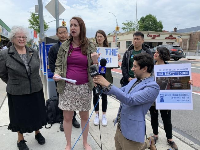民選官員們呼籲州議會允許在公車上裝攝像頭拍照執法,確保公車道暢通。(記者劉大琪/攝影)