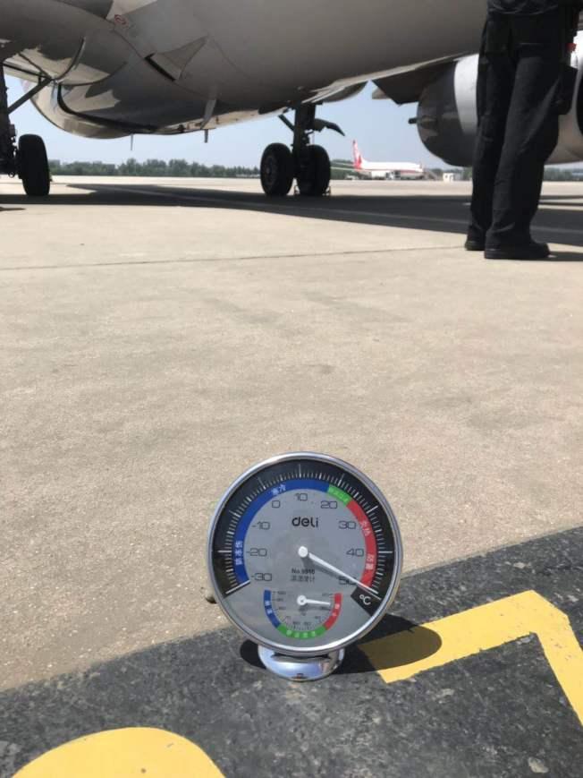 南苑機場停機坪實測溫度達到50 °C。(取材自新京報)
