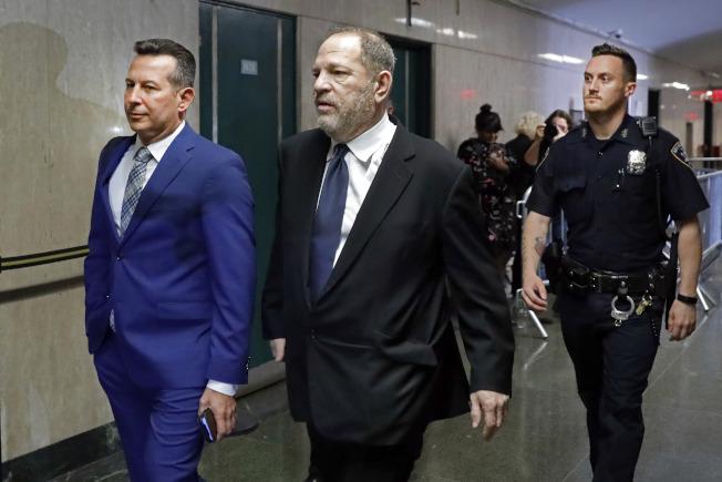 陷入性醜聞官司的好萊塢大亨溫斯坦(中),據傳以4400萬元與受害者初步達成和解,圖為4月底他出席在曼哈頓法院的審前聽證會。(美聯社)