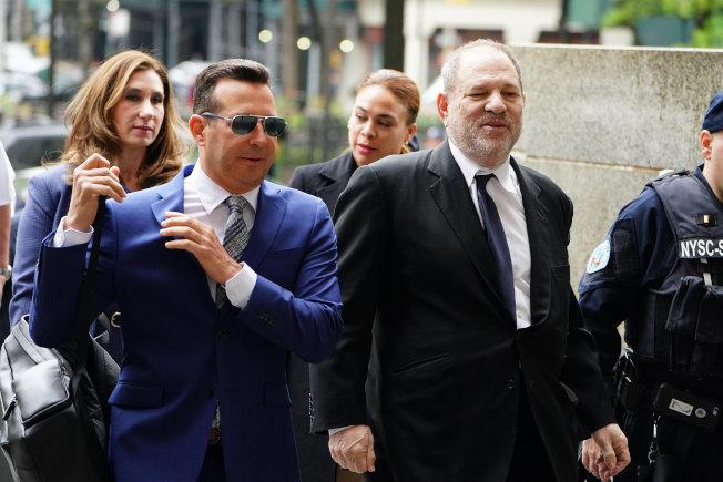 陷入性醜聞官司的好萊塢大亨溫斯坦(右),據傳以4400萬元與受害者初步達成和解,圖為4月底他出席在曼哈頓法院的審前聽證會。(路透)