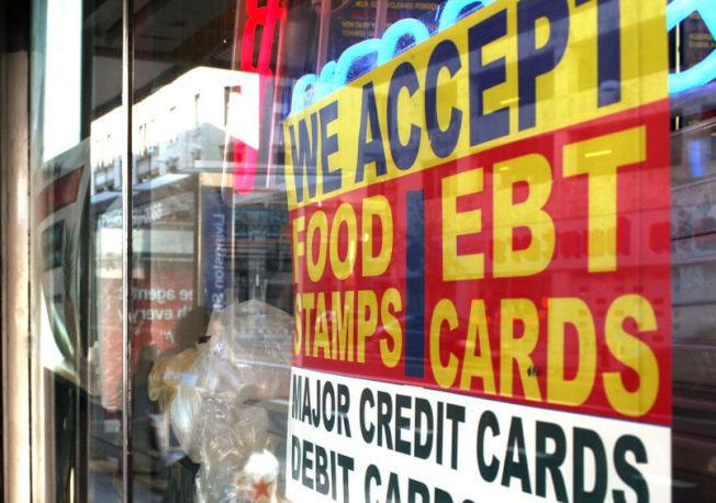 川普總統下令,移民享受糧食券等福利,申請擔保人須償還。(Getty Images)