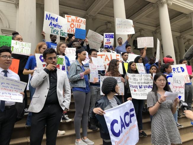紐約市民集會要求公校實現全面融合和多元化,CACF成員踴躍參加。(本報檔案照)
