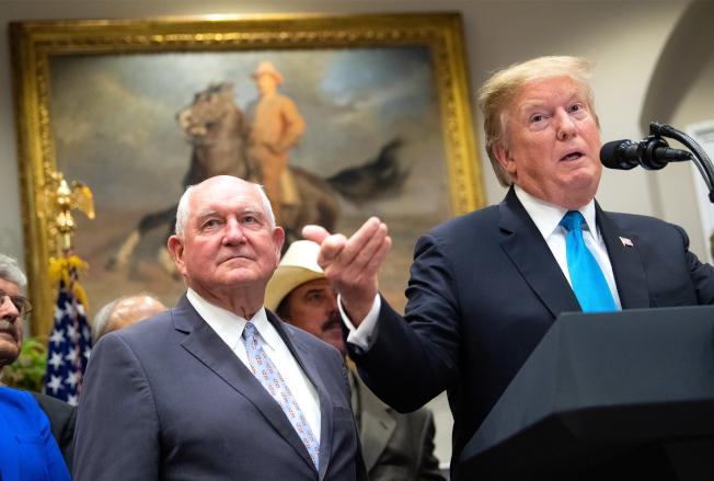 川普總統23日在白宮宣布,聯邦將提供160億元補助美國農民,左為農業部長普度。(歐新社)