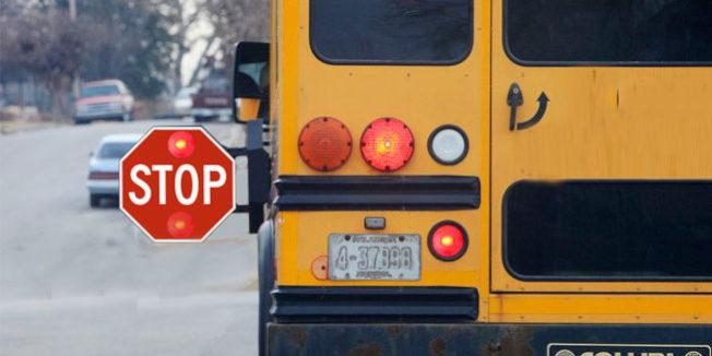 校車已經伸出停車號誌(Stop Sign),所有車輛都應停止等學童們上車或跨越馬路後,才能繼續通行。(DMV)