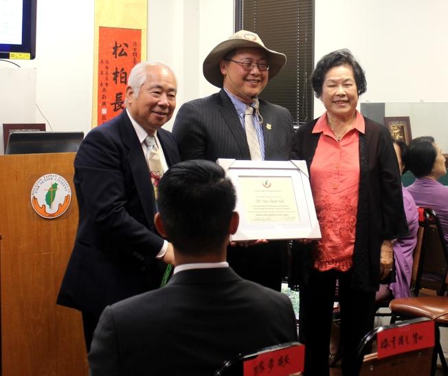 許勝弘(左) 和陳美芬,贈送感謝狀及學院之德州牛仔帽給葉耀元教授(中)並合影。(記者盧淑君/攝影)