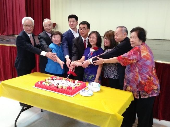 中華公所並準備了大蛋糕,氣氛相當溫馨感人。(記者郭宗岳/攝影)