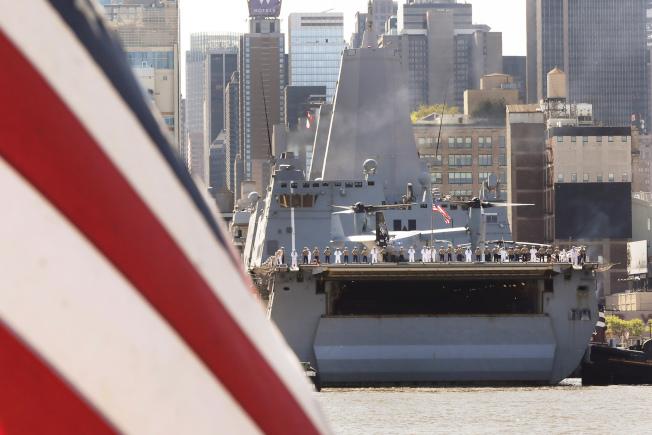 軍艦駛入紐約港,參加2019年紐約艦隊周。(美聯社)