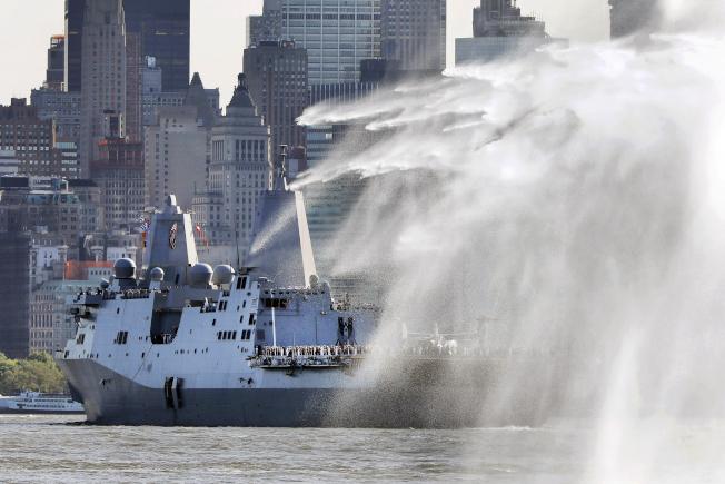 2019年紐約艦隊周登場,軍艦駛入紐約港。(美聯社)