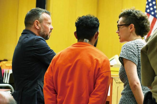 涉嫌性虐待74歲華婦的宏都拉斯裔嫌犯艾瑪多(中),在公辯律師(左)及翻譯員協助下出庭。(記者李秀蘭/攝影)