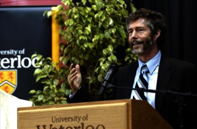 史丹福大學教授謝瑞頓身家達60億元 ,但他自己剪頭髮超過20年,並且駕駛1986年的福斯Vanagon廂型車。(取自推特)
