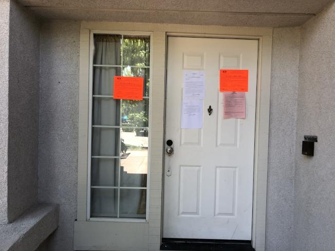 房東和城市執法部門的通知貼滿了兇殺案房屋門外。(記者劉先進╱攝影)