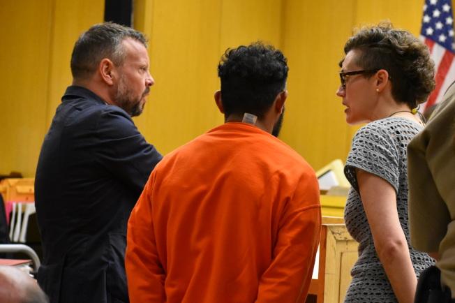 涉嫌性虐待74歲華婦的洪都拉斯裔嫌犯艾瑪多(中),在公辯律師(左)及翻譯員協助下出庭。(記者李秀蘭/攝影)