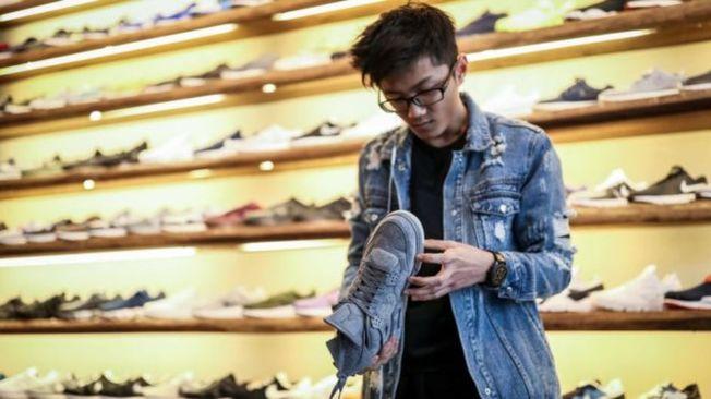 美國鞋襪經銷商協會估計,高關稅下鞋襪售價會大幅上升。(Getty Images)