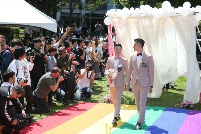 台灣同婚專法上路第一天,加拿大經貿辦事處、歐盟經貿辦事處、北市府為給同性伴侶的祝福舉行戶外趴同婚《幸褔起跑線Wedding Party》活動,現場20餘對新人喜氣洋洋,迎接新婚生活。 記者曾吉松/攝影