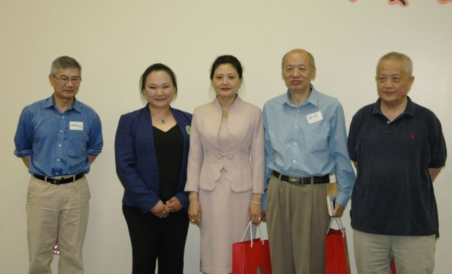 美國威斯康辛州馬拉松蔘業 Shirley(左二) 贈送禮品給評委張立萍(左三·) 、鄭少慶(右二)、譚小謙(左一)、楊遠威(右一·)答謝他們辛勞的評審作品。