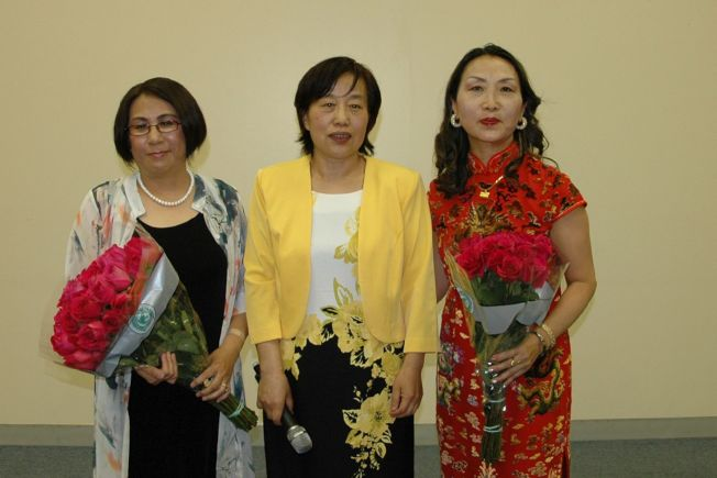 芝北中文中心滿素潔校長(中)與主持人汪洪波(左)和本次比賽的藝術總監楊麗萍(右)。
