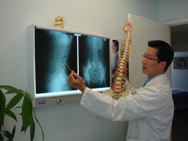 脊椎名醫譚志榮博士,是痛症專家,視病如親,醫術精湛灣區二家診所就近服務您。