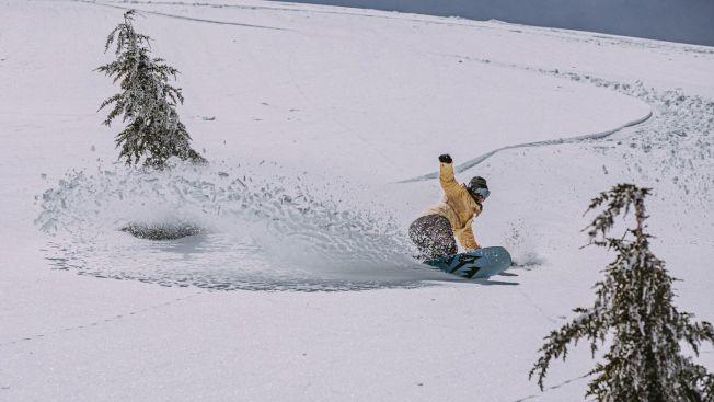 一名雪板客在巨象山滑雪場享受滑過厚厚積雪的樂趣。(巨象山滑雪場提供)
