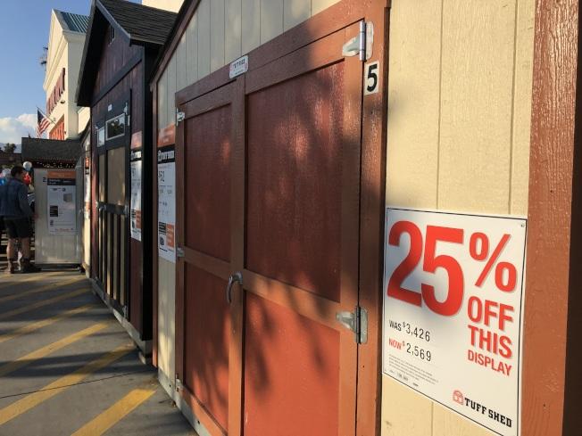 Home Depot將特價商品展示在門口外,夠人選購。(記者王若然/攝影)