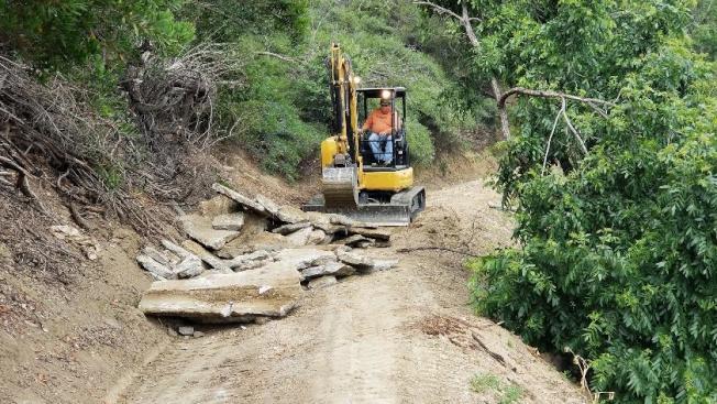 2017年初被風暴和大雨嚴重損壞被迫停擺兩年的鑽石吧Sycamore峽谷公園(Sycamore Canyon Park),近期開始施工前清理及地基規劃工作。(鑽石吧市府提供)