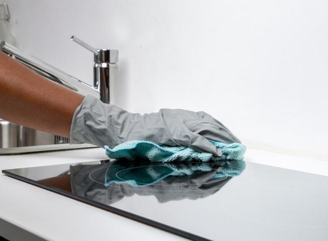 處理嘔吐物時,應戴上拋棄式手套以自我保護。(Pexels)