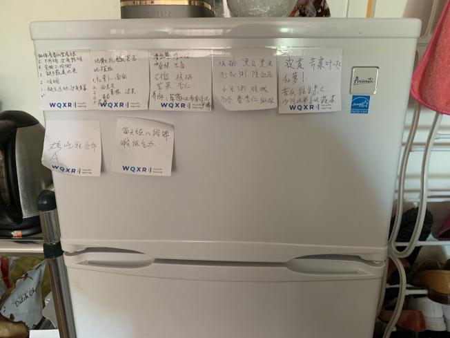 吳國英家中的冰箱上貼滿健康食物及督促自己鍛鍊的小貼紙。(記者牟蘭/攝影)