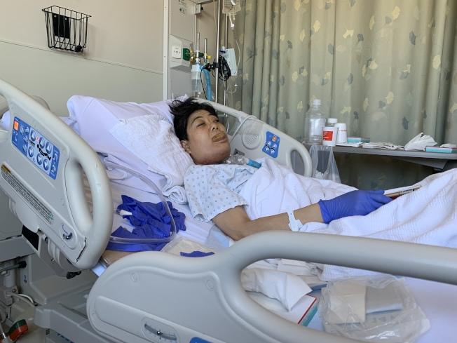 吳國英日前病情惡化被送入醫院搶救,她的舌頭已腫脹過大,不能說話,身上也被插上喉管等幫她維持生命。(記者牟蘭/攝影)