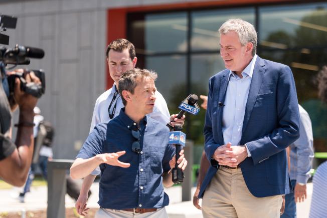 白思豪市長在外出進行總統競選活動時,由市警局的保安衛隊負責保護,而費用由紐約市的納稅人支付。圖為白思豪到南卡州參加競選活動。(Getty Images)