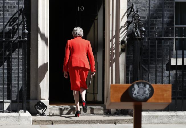 英國首相梅伊宣布請辭後,轉身走回唐寧街10號首相官邸。(美聯社)