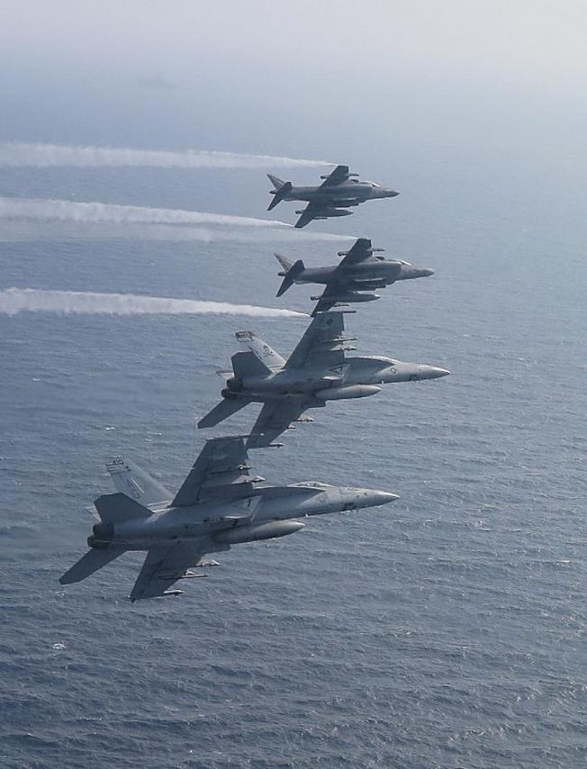 川普總統宣布增兵中東,因應伊朗危機。圖為美國海軍戰機巡邏阿拉伯海。(美聯社)