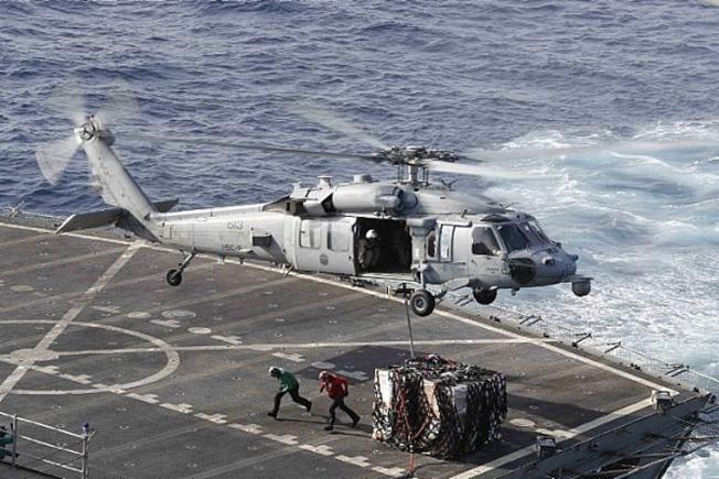 川普總統宣布增兵中東,因應伊朗危機。圖為美軍直升機為「林肯號」航母運補。(美聯社)