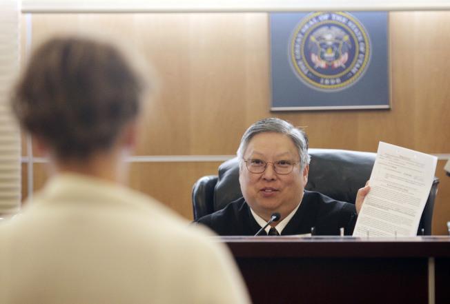 猶他州華裔法官關麥可因在法庭和網路批評川普總統,遭停職半年。(美聯社)