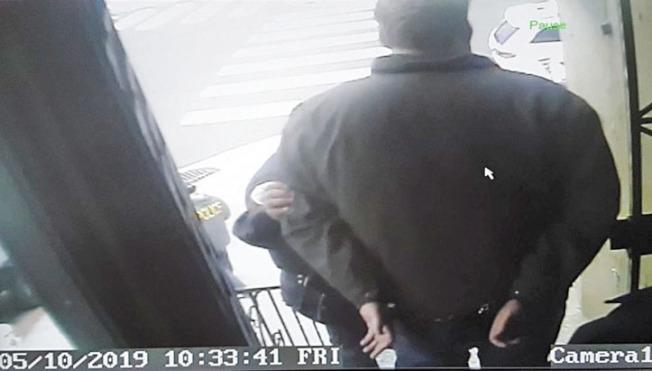 自由撰稿記者卡莫迪曾被突擊搜查警員上手銬長達六小時。(卡莫迪提供)