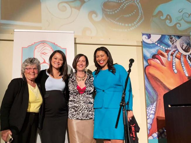 市長布里德和估值官朱嘉文慶祝舊金山女子公寓40周年,稱讚他們的出色工作,為舊金山婦女及其家庭提供了安全的空間、服務與資源。(照片由市長辦公室提供)