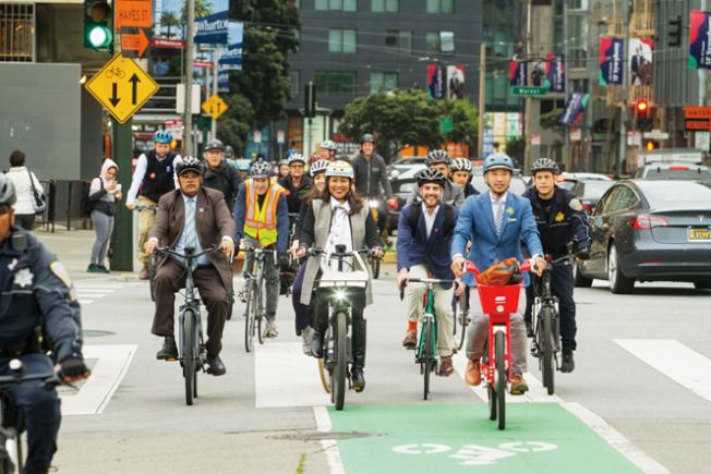 今年的自行車上班日,市長布里德宣布舊金山將在未來兩年內創造長20英里的新的保護自行車道,比現有的車道增加一倍,同時加強對阻塞自行車道的執法。市長表示,騎自行車應該是所有舊金山人的安全選擇。(照片由市長辦公室提供)