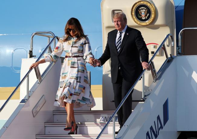 總統川普偕同妻子梅蘭妮亞(Melania Trump)抵達日本。美聯社