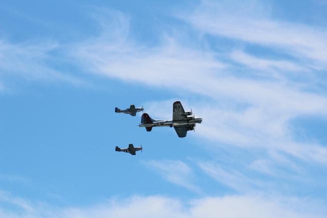 瓊斯海灘飛行秀首日,軍機帶來各式技術表演,大獲民眾喝采。(記者賴蕙榆/攝影)