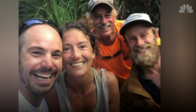 阿曼達·埃勒(左二)獲救後,和部分救援人員歡喜合影。(NBC新聞網畫面截頻)