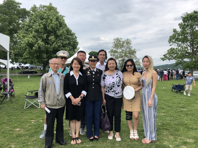 許依婷(前排左三)和家人們。(記者張晨/攝影)