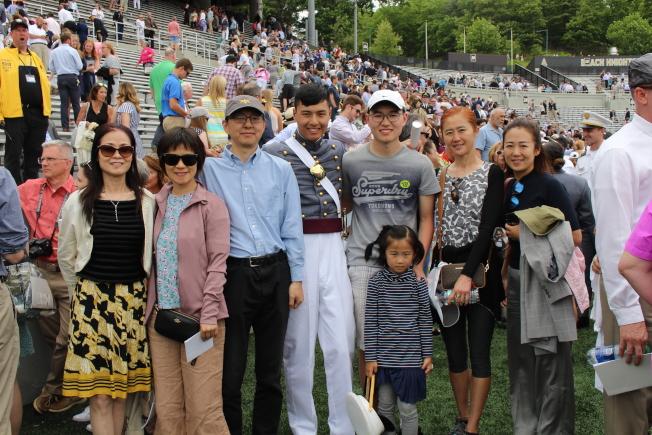 袁修遠(中)與家人共慶榮耀時刻。(記者張晨/攝影)