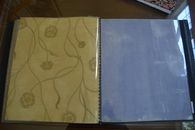 易彬文獨家研製的商業絲綢壁紙已成為絕唱,他只留存了一些壁紙樣本。(記者劉先進/攝影)