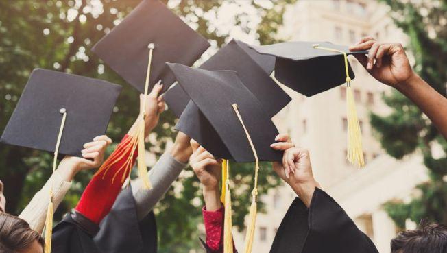 大學畢業後將迎接新的生活,送給畢業生的禮物,可考慮個人化和實用性高的。(Getty Images)