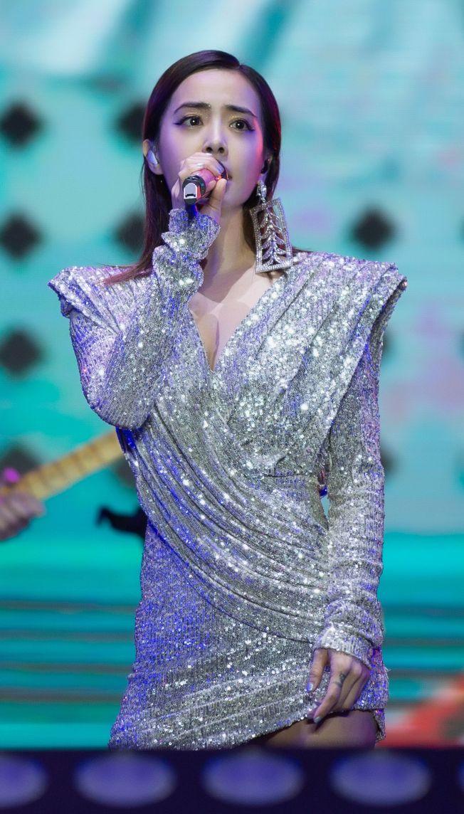 蔡依林參加北京「麥田音樂節」,遭到不明人士用雷射筆掃射。(取材自微博)